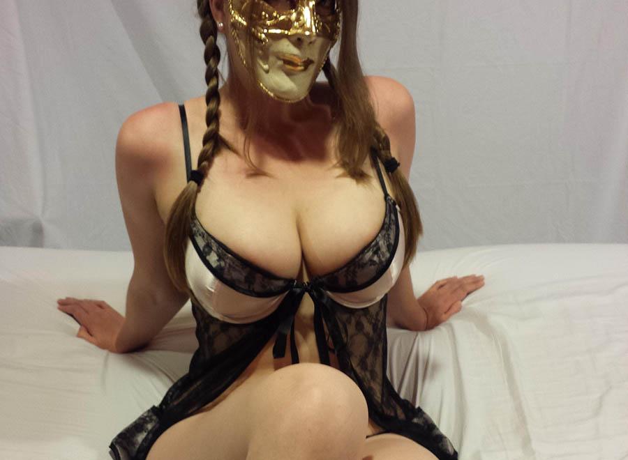 Är en tonårstjej som älskar sex med masker